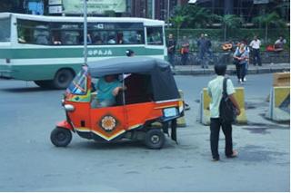 現地ならではの三輪タクシー