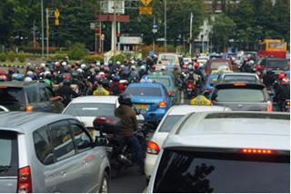 大通りを埋め尽くす大渋滞