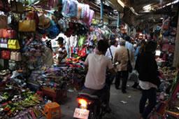 現地住民が生活するマーケット